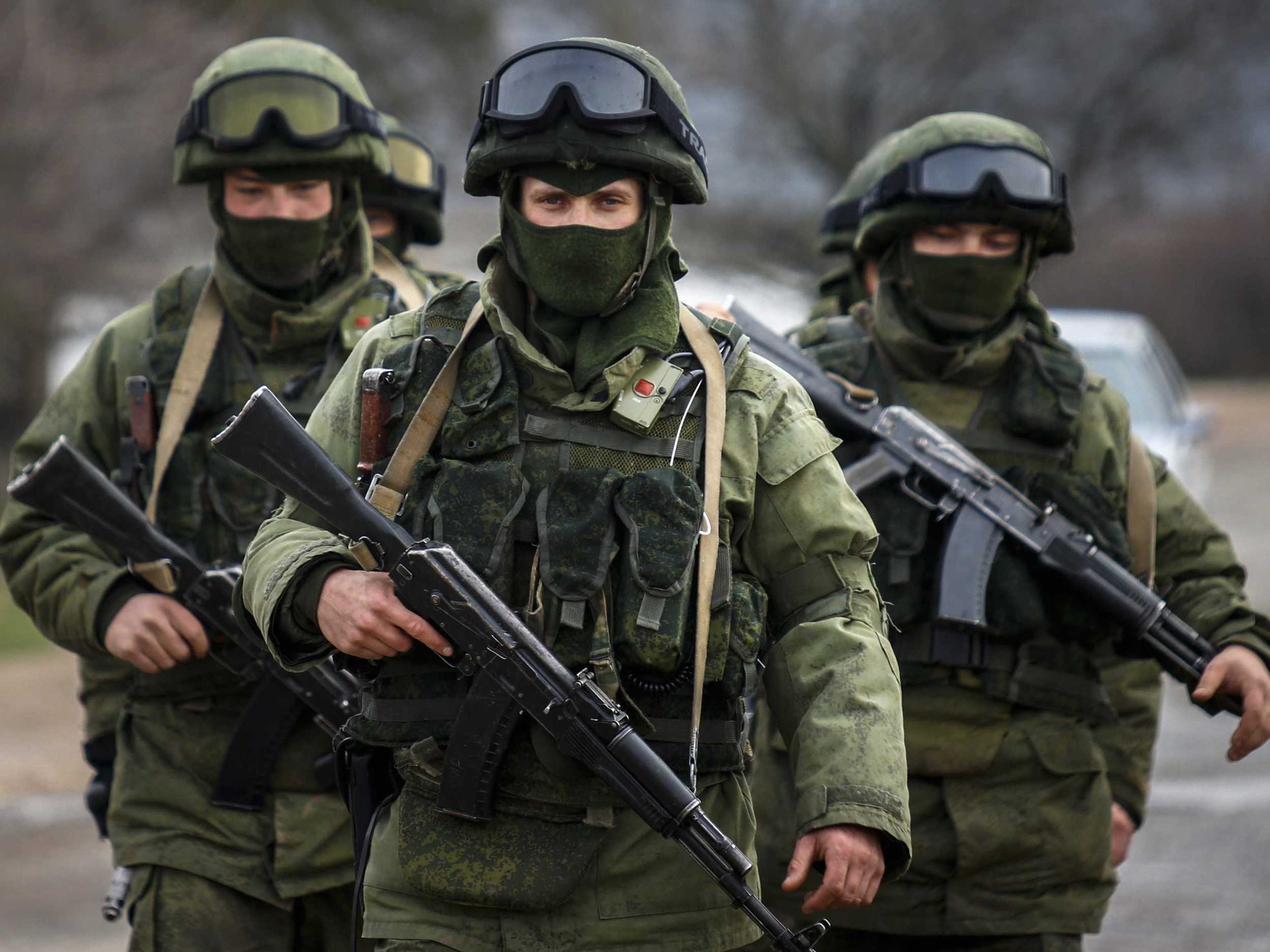 Armed men, believed to be Russian servicemen, march outside an Ukrainian military base in the village of Perevalnoye near the Crimean city of Simferopol March 9, 2014. ( Reuters Photo:Thomas Peter )