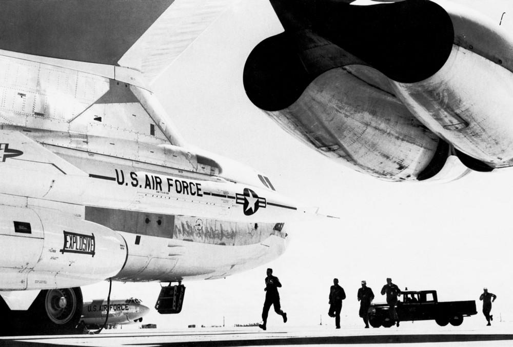 SAC crew runs to waiting B-52 (Wikimedia Commons)