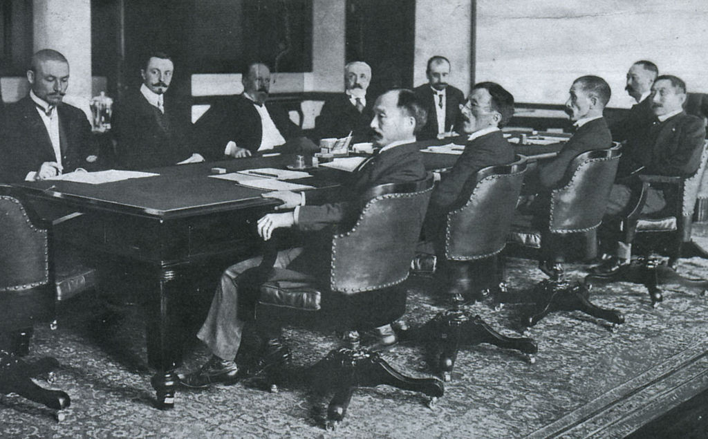 Treaty of Portsmouth delegations, with the Russians on the far side of table and the Japanese the near side. (Russo-Japanese War: A Photographic and Descriptive Review of the Great Conflict in the Far East/P. F. Collier & Son/Wikimedia)