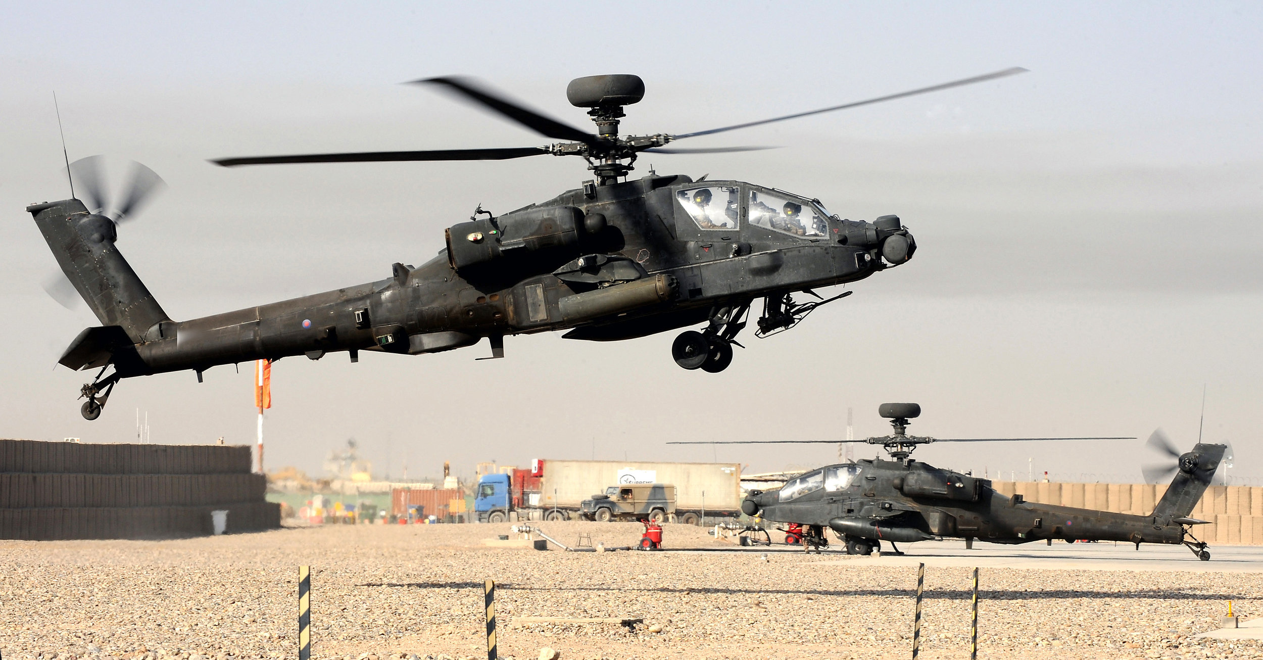 Army Air Corps Apache Longbow helicopter landing at Camp Bastion airfield, Afghanistan. (UK MOD Photo/Wikimedia)