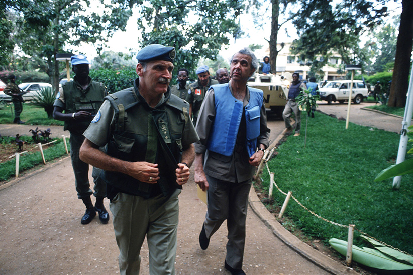 Romeo Dallaire (left) walks with UN envoy Igbal Riza (right) May 26, 1994 in Kigali, Rwanda. (Scott Peterson/Getty Images)