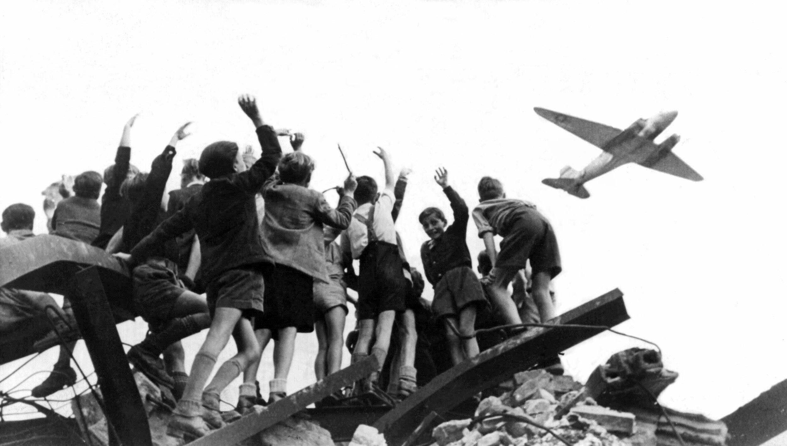 Berlin Airlift: Children Hope for Chocolates (July 1948)  Bildarchiv Preußischer Kulturbesitz
