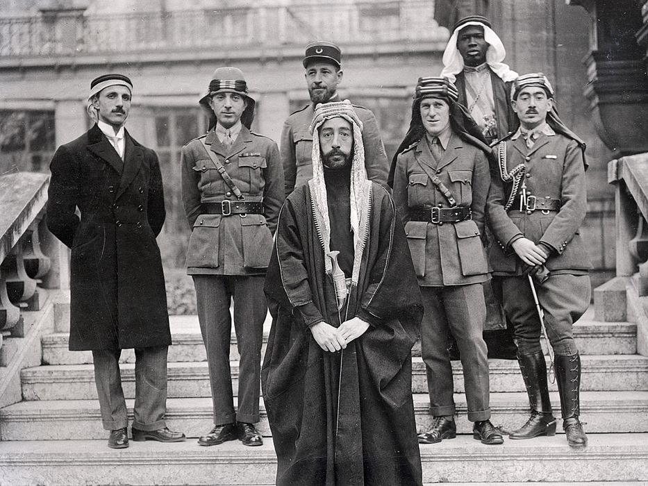 The Arabian Commission to the 1919 Paris Peace Conference and its advisors. In front, Emir Feisal with, from left to right, Mohanned Rustum Bey Haidar of Baalbek, Brigadier General Nuri Pasha Said, Captain Pisani, T.E. Lawrence and Capt. Hassan Bey Kadri. (Clio Visualizing History)