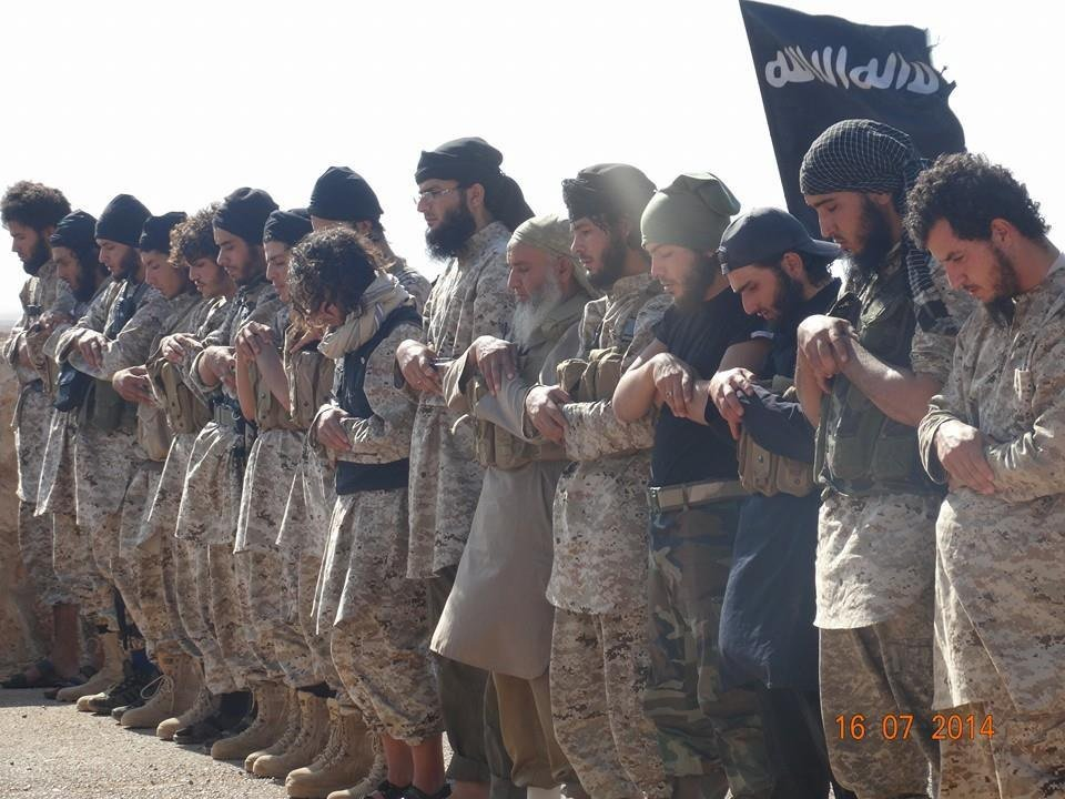 IS fighters praying (Gatewaypundit.com)