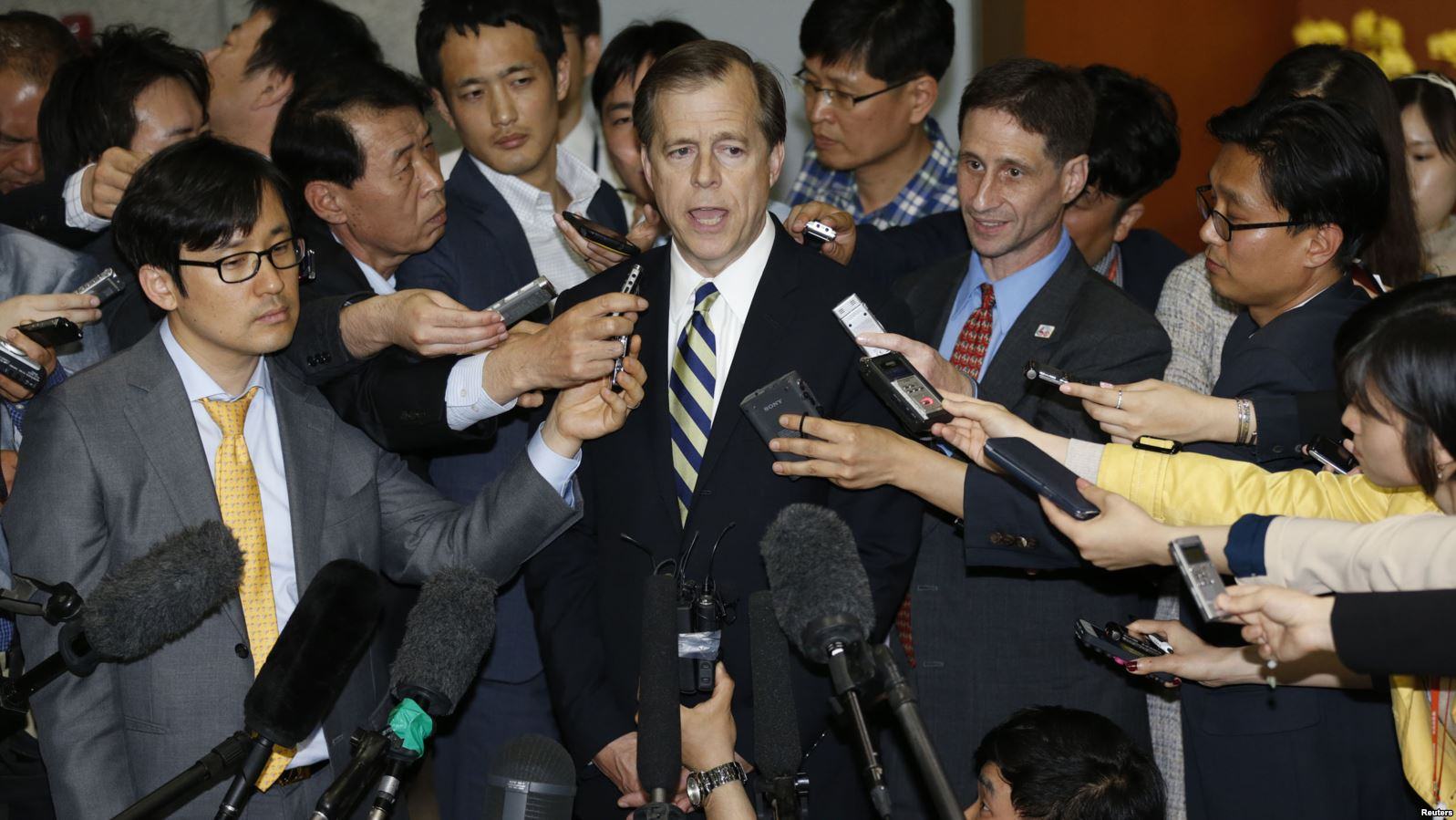 U.S. Special Representative for North Korea Policy Glyn Davies answers reporters' questions after his talks with South Korean chief delegate to the six-party talks on North Korea's denuclearization in February 2012. ( Photo via VOA )