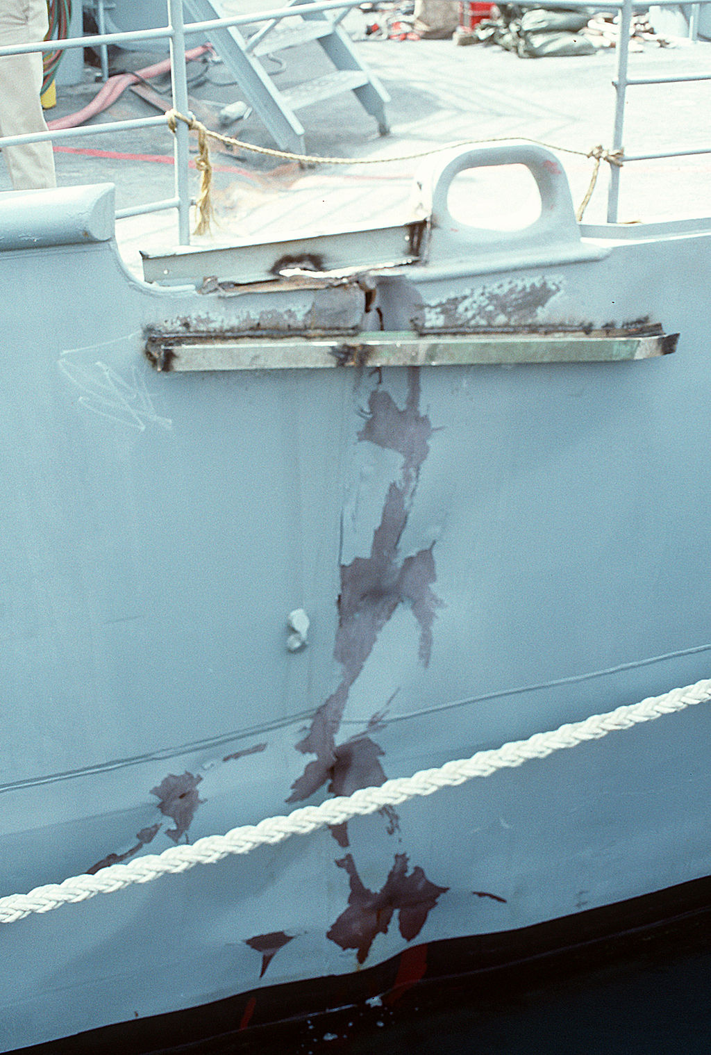 A close-up view of a crack in the hull of the Aegis-guided missile cruiser USS Princeton, damage sustained when the vessel struck an Iraqi mine on 18 Feb 1991. (CW02 Bailey/U.S. Navy Photo)