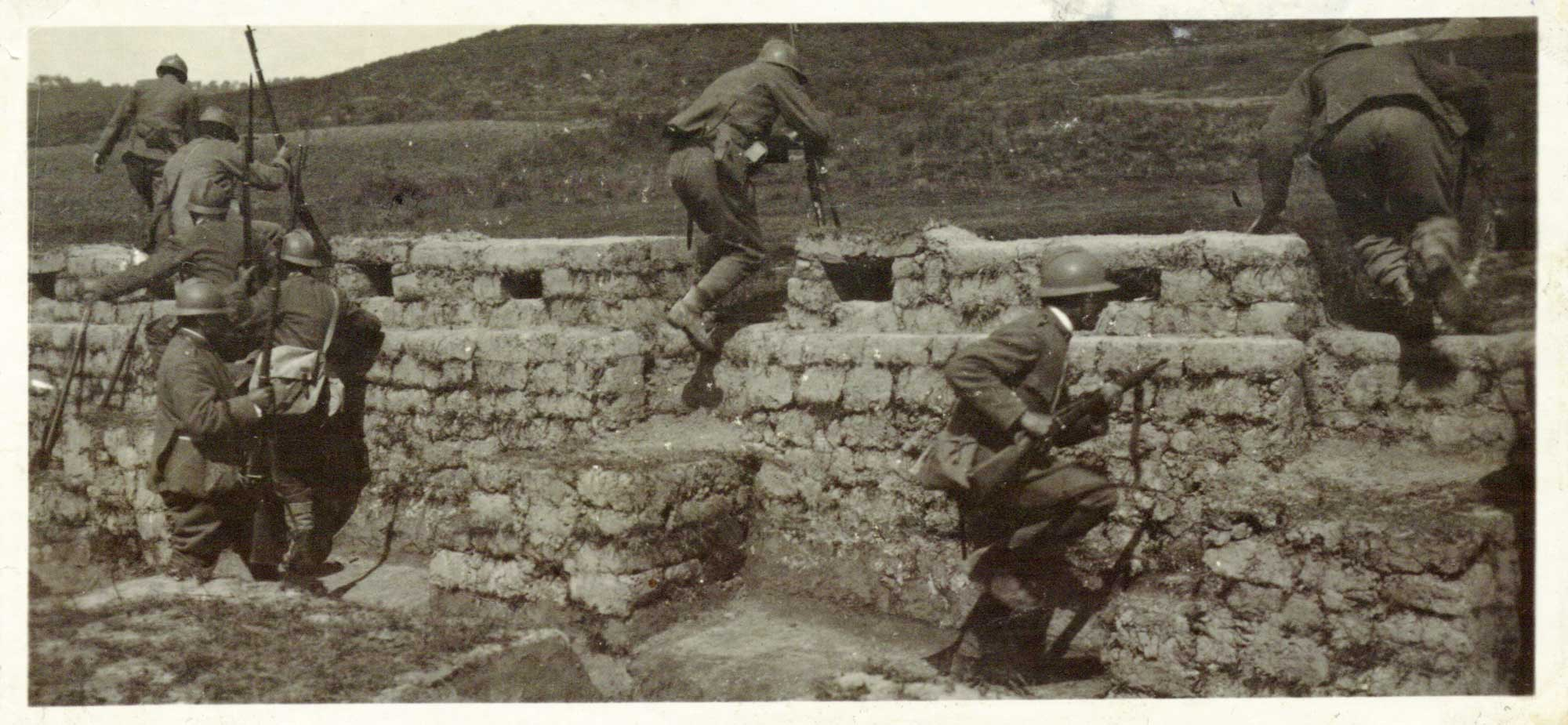 Italian soldiers leave a trench at the beginning of a 1917 assault. (British Library)