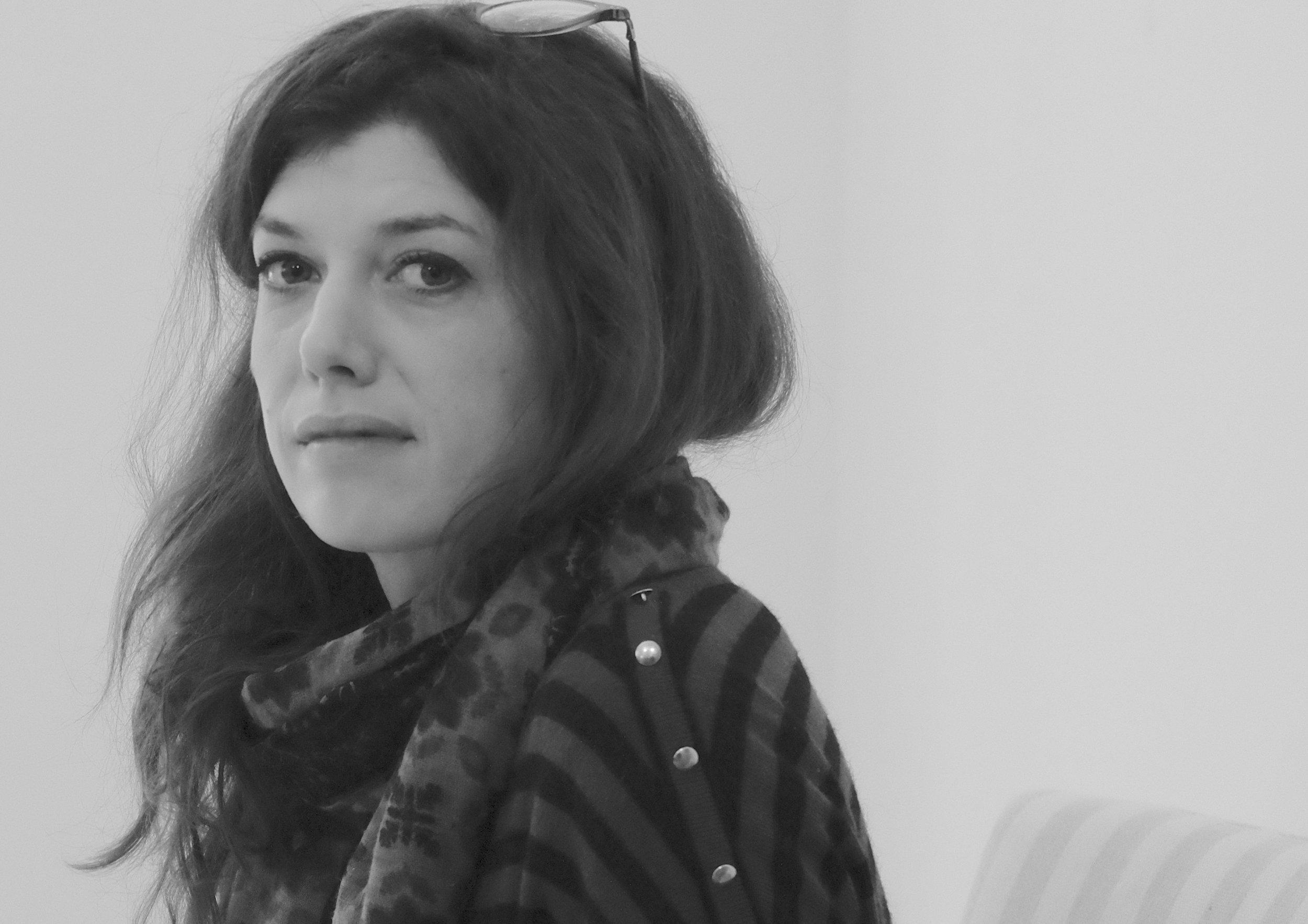 Sandra Adam Couralet - SANDRA ADAM COURALET, curatrice au Palais de Tokyo, est la dernière membre du jury de la 5ème édition du Prix Dauphine 2018 ! Elle a notamment travaillé comme commissaire d'exposition sur des projets au Musée du quai Branly - Jacques Chirac, au Centre Pompidou-Metz, ou encore à la Cristallerie Saint Louis pour la Fondation d'entreprise Hermès. En 2016, elle est commissaire associée de la Nuit Blanche !, confiée à Jean de Loisy, et commence à intervenir la même année dans l'émission La Dispute sur France Culture.