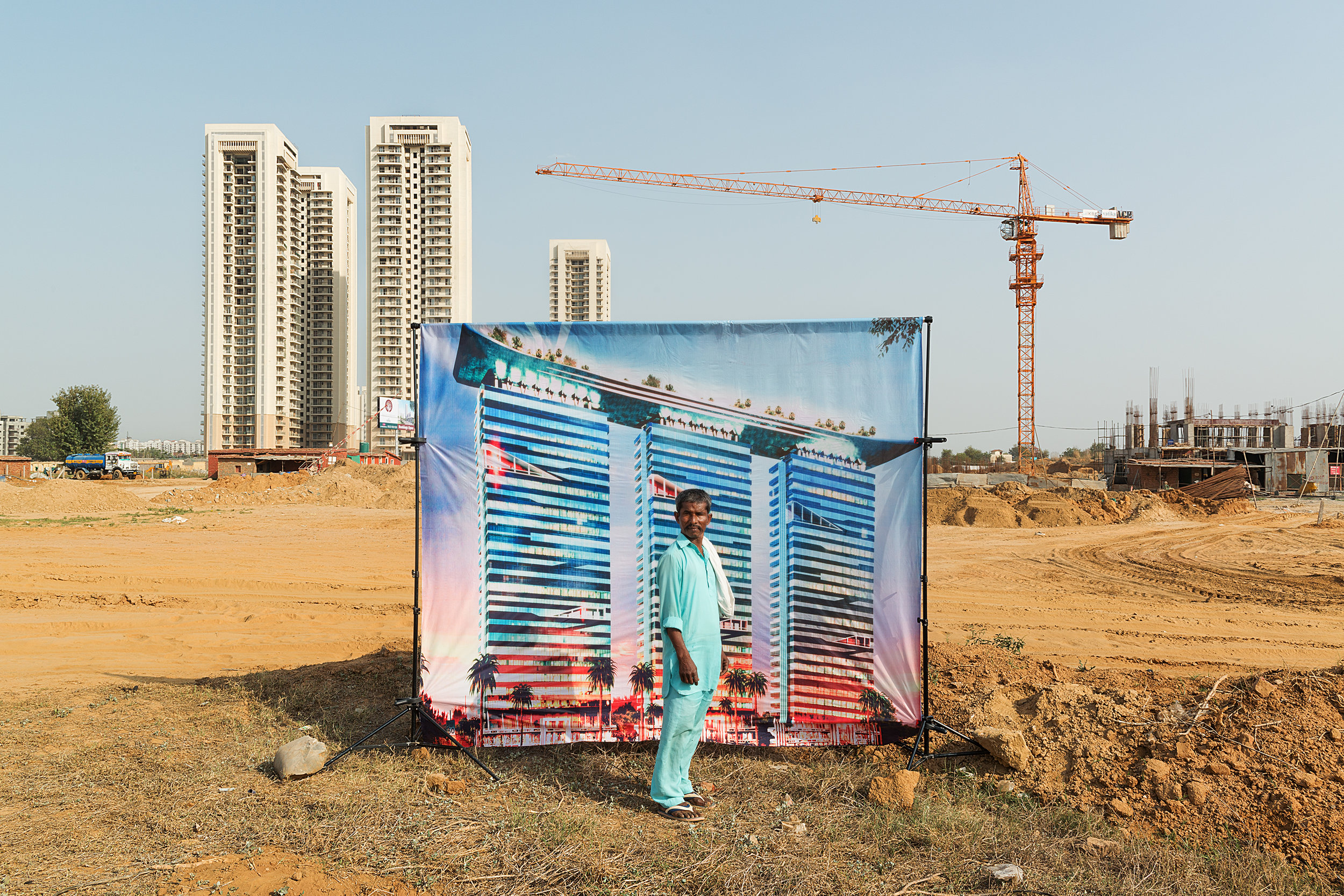 Bad City Dreams - Arthur Crestani (artiste) et Claire Simon (curatrice)Omniprésentes, les publicités immobilières offrent des visions idylliques de la ville indienne contemporaine. Arthur Crestani s'est emparé de ces images avant de partir à la rencontre des habitants de Gurgaon, ville satellite de Delhi qui connaît depuis trente ans une croissance phénoménale. Inspiré par la tradition indienne du portrait mis en scène, il a utilisé les visuels publicitaires comme décors au milieu des chantiers et des nouveaux complexes résidentiels. L'exposition Bad City Dreams invite le spectateur à aller et venir entre fantasmes immobiliers, paysages périurbains et portraits de travailleurs migrants et villageois déracinés. Sous le vernis de l'exubérance clinquante, la réalité brute de ces espaces en transition subsiste comme un mauvais rêve.Claire Simon