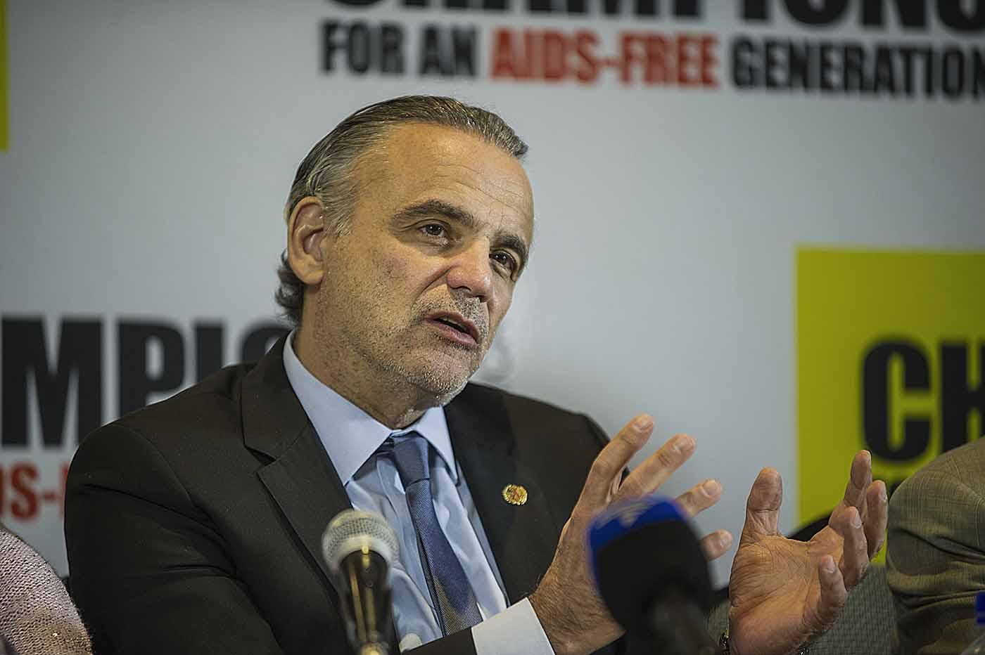 UNAIDS Deputy Executive Director, Luiz Loures, addresses the media.