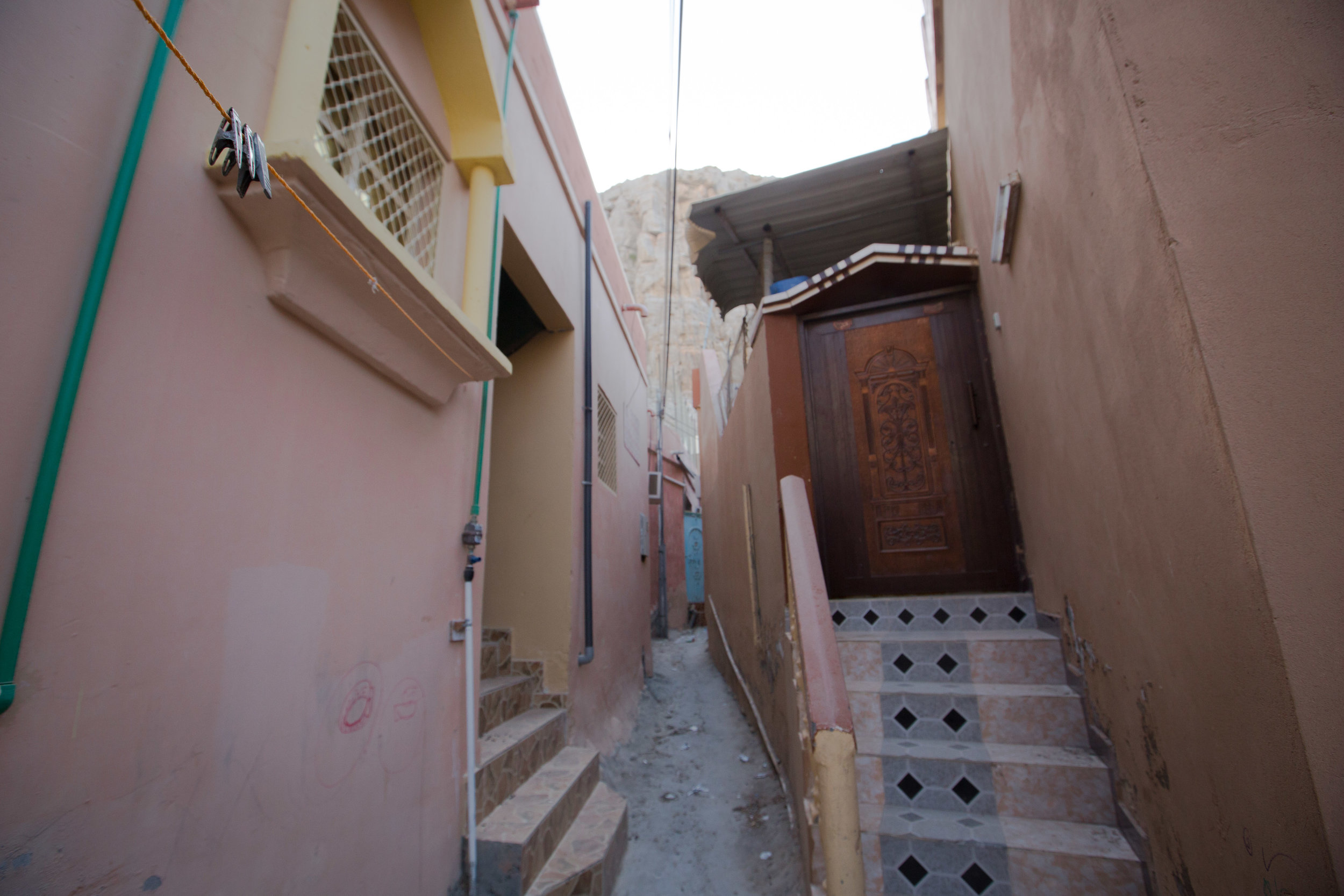 A washing line in the middle of the small alleys between houses in Kumzar.jpg