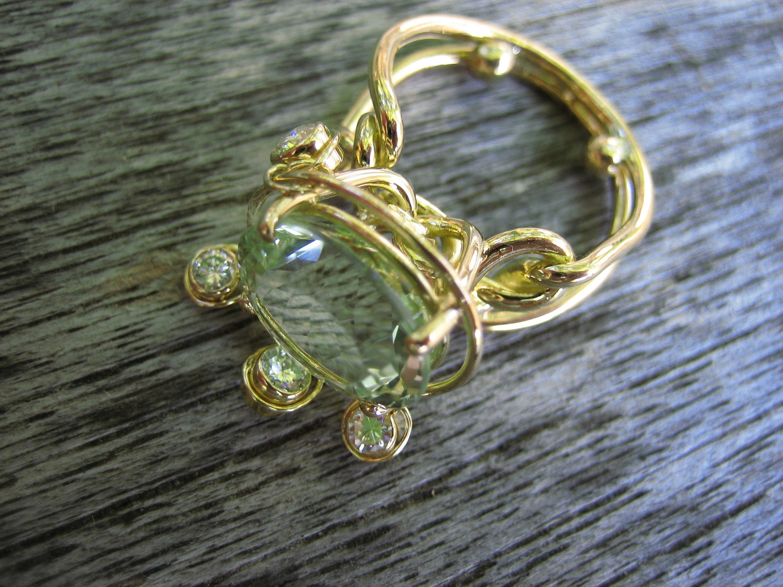 Bague pièce unique Azucar, entièrement faite-main. Chatoyants reflets de pierre semi précieuse du Béryl vert et des diamants dansants au soleil