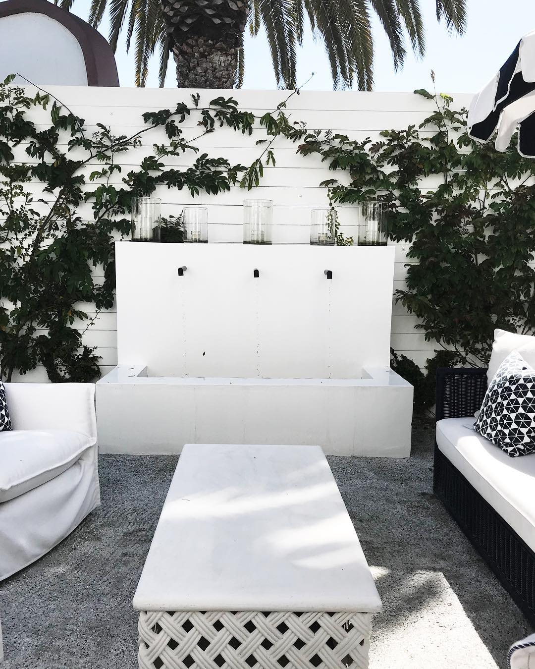 Bright✨fresh🍃and clean 💧 Always loving some new patio inspiration! #homesbydkcowles #dkfindshomes