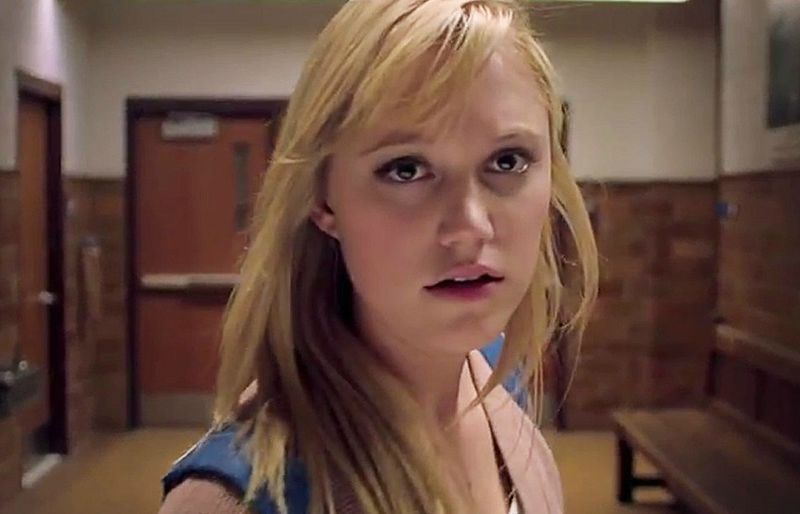 Maika Monroe stars in It follows (Image  ©  RADiUS-TWC/Dimension Films).