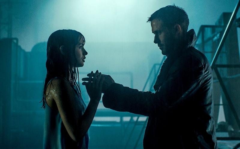 Ana de Armas and Ryan Gosling (Image © Warner Bros.)