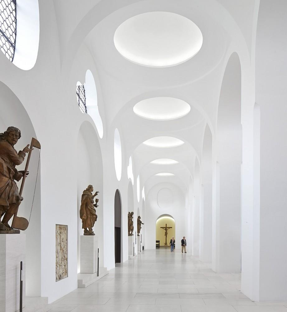 52a660b1e8e44e00d8000140_interior-remodelling-st-moritz-church-john-pawson_moritzkirche_-hufton_crow_015-922x1000.jpg