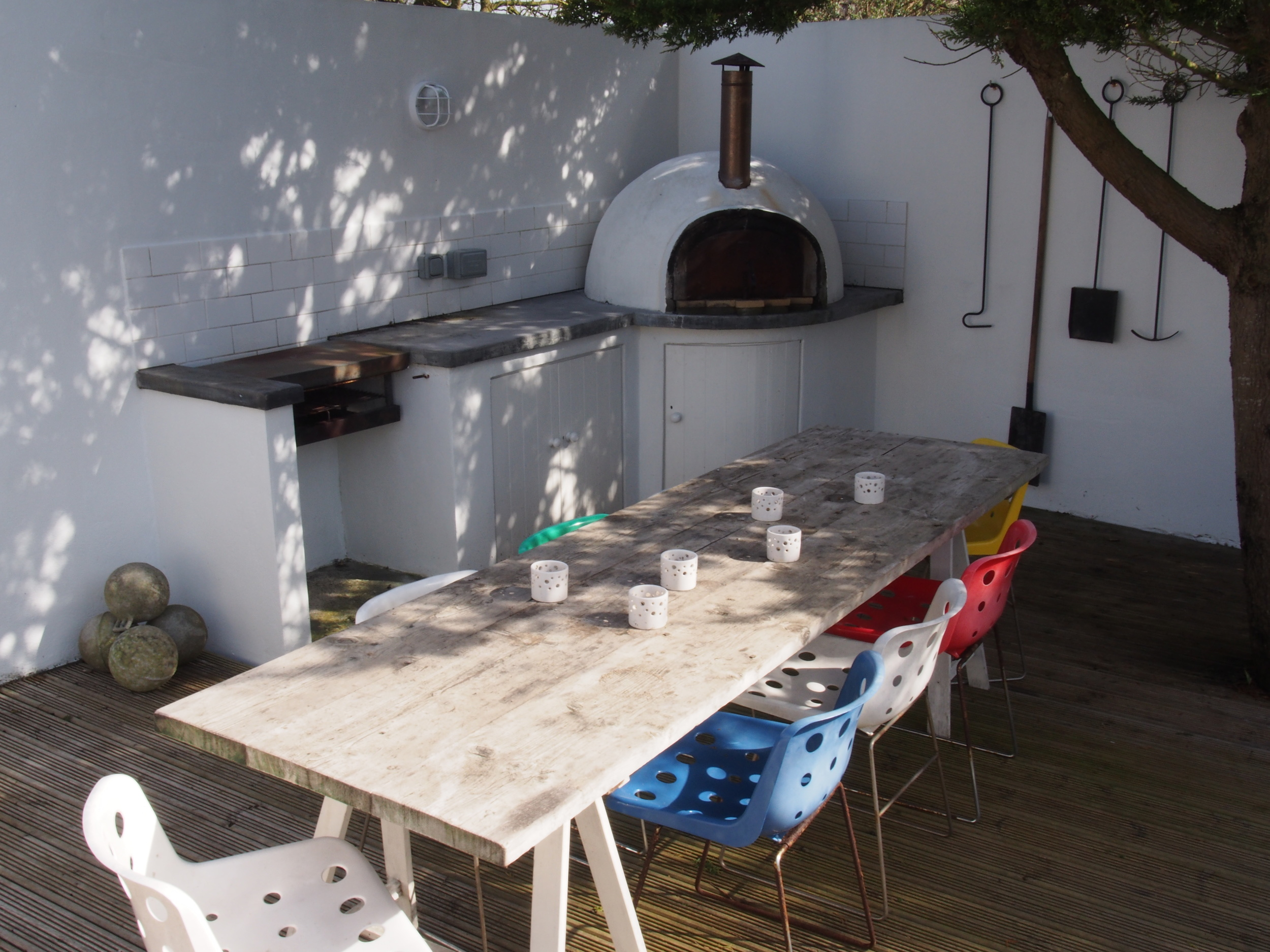 Al fresco dining with wood fired pizza oven