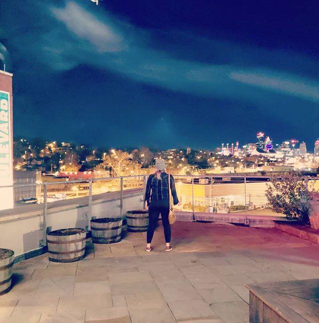 Boulevard, beers, friends, and views. ✌ . . . #kansascity #findyourself #dailyinspiration #missouri #travelmore #wonderlust #expandyourplayground #explore #experience #travel #wanderlust #travelgram #travelgirl #outdoors #adventurethatislife #skyline #scenery #beautiful #travelphotography #love #winter #sky #adventure #beer #wander #photooftheday #night