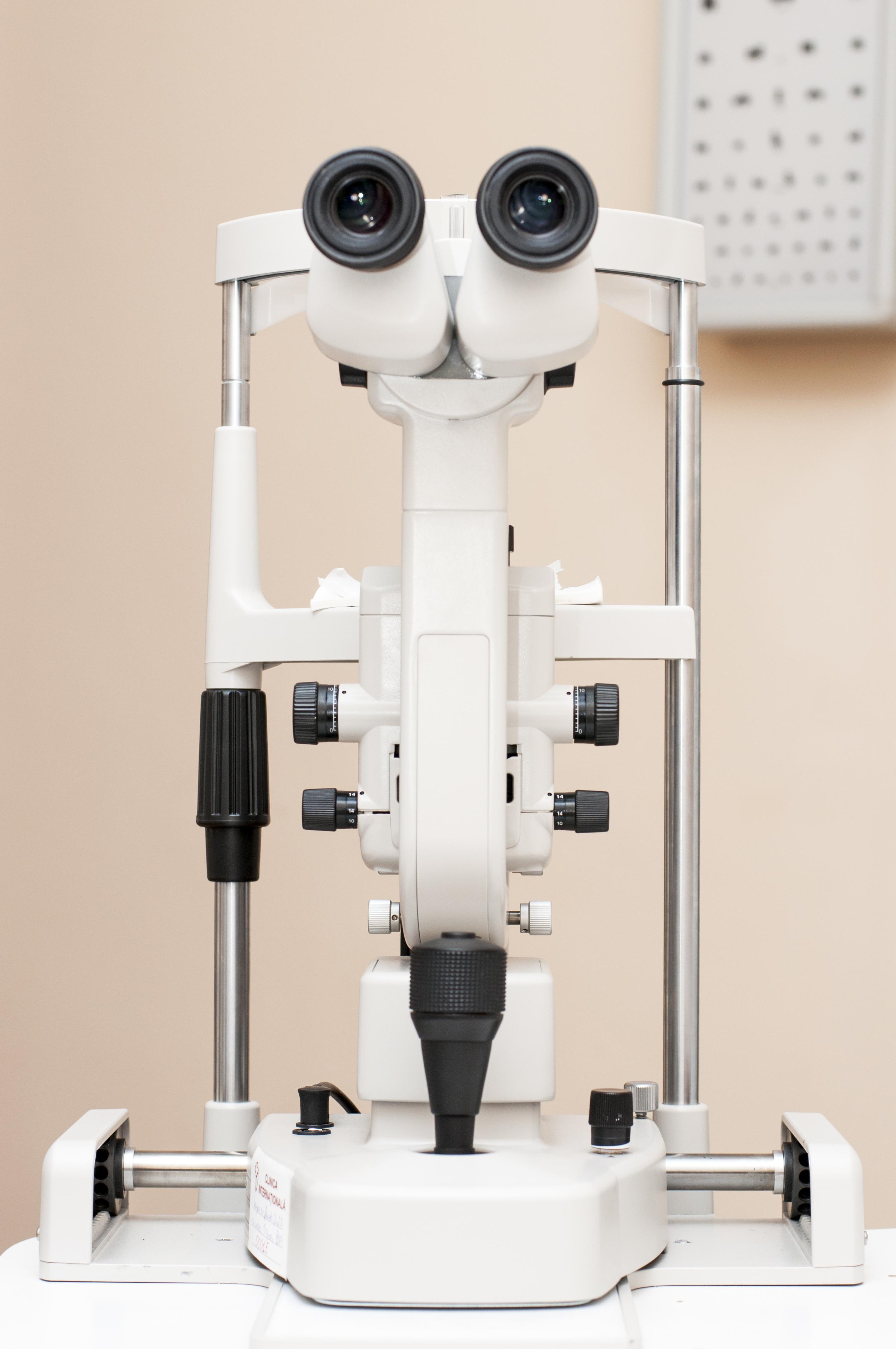 pret echipamente oftalmologie)