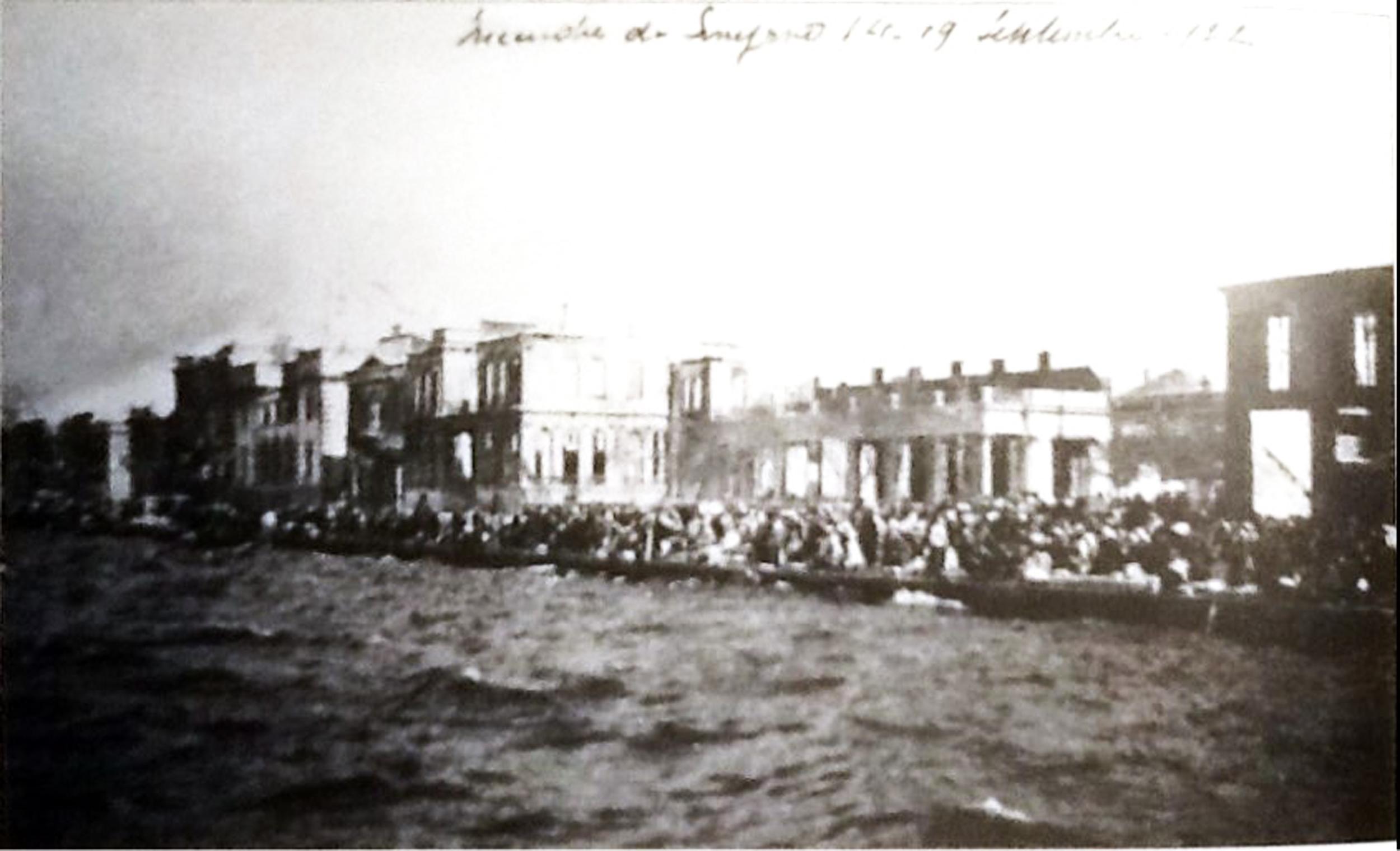İzmir Yangından Sonra Kaçmaya Çalışan Hıristiyanlar 1922.jpg