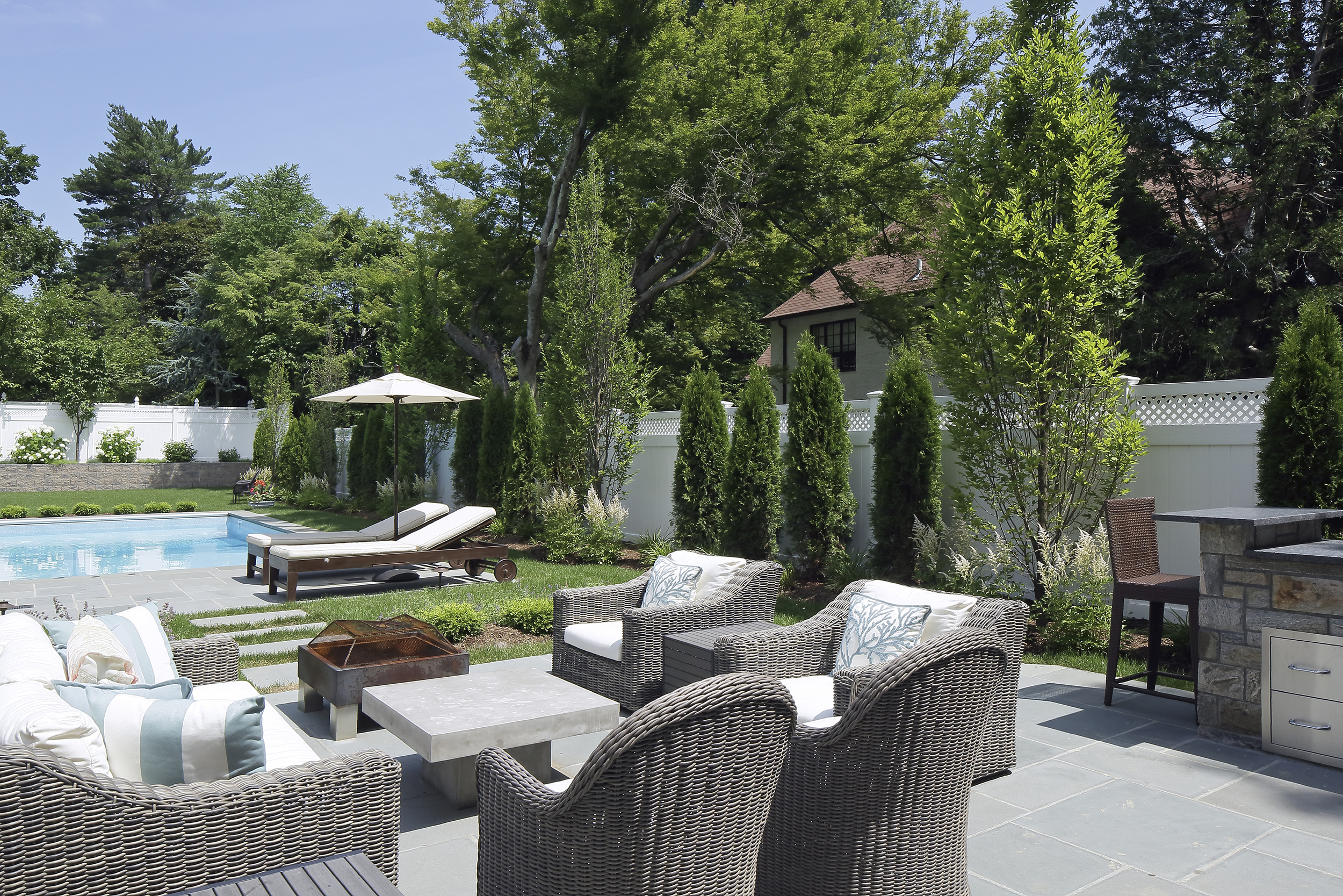 Modern-landscape-pool-outdoor-kitchen