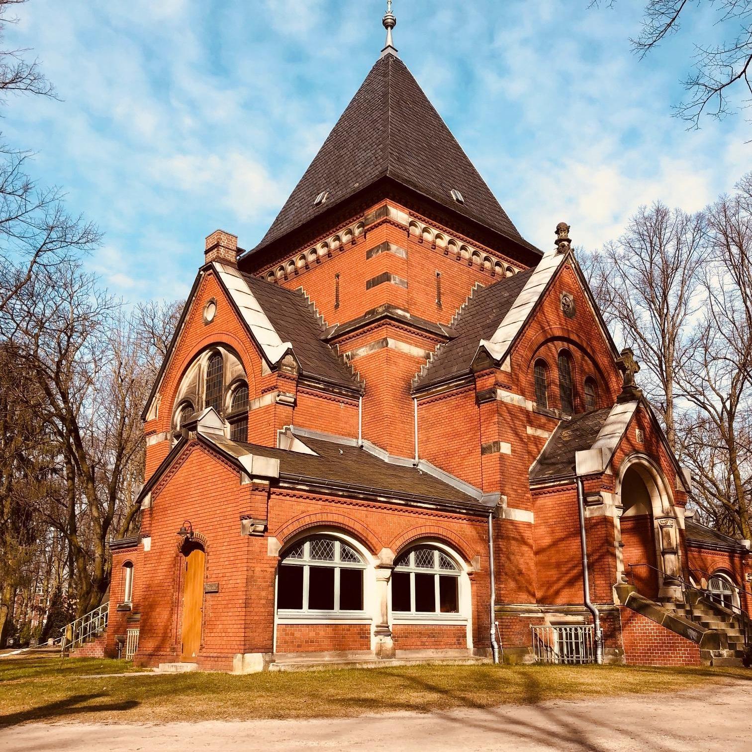 Die frisch restaurierte Kapelle des Georgen-Parochial III Friedhofes (Weissensee)