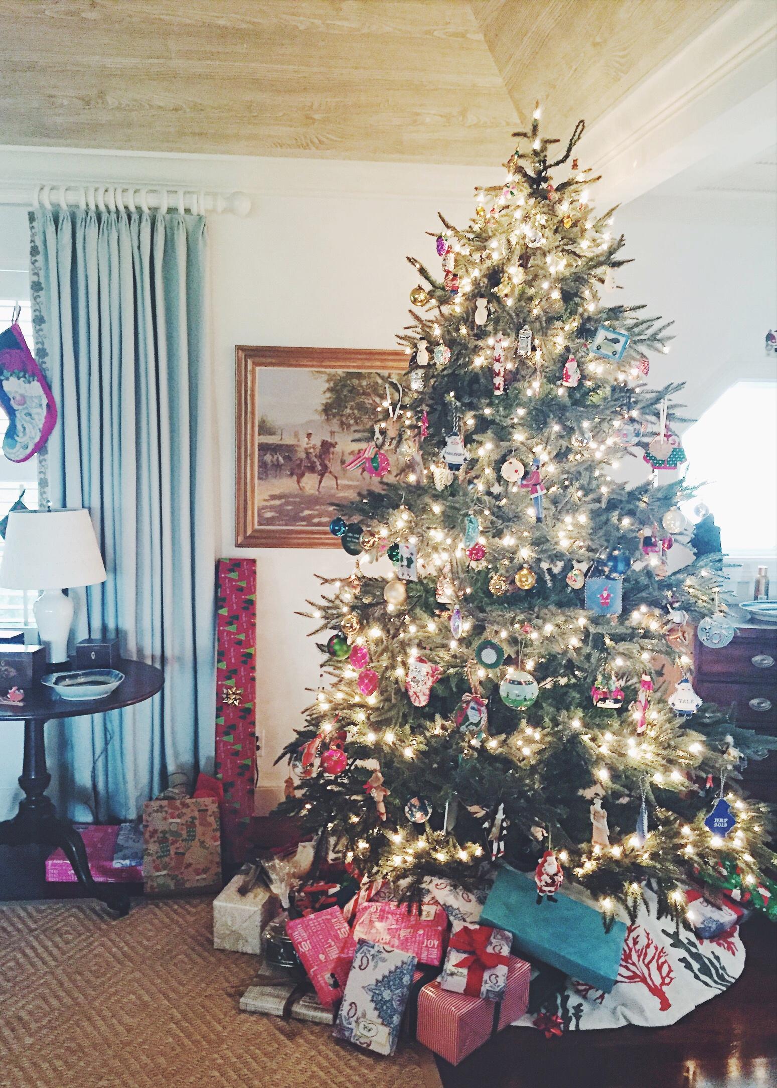 Christmas Tree Decorations - via Simply Elegant Blog