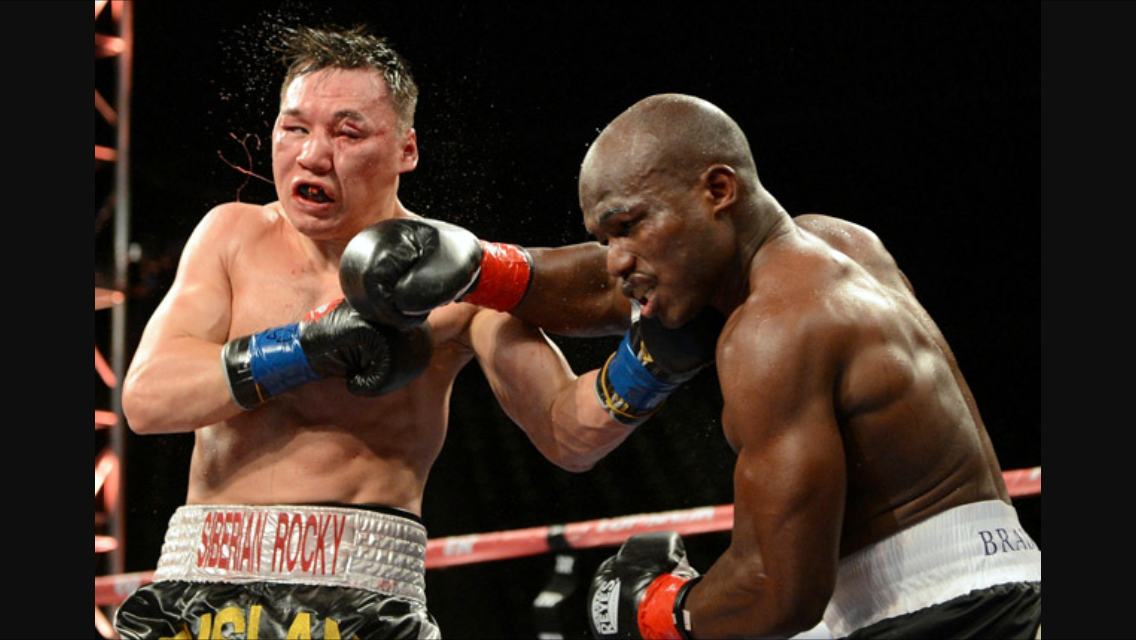 Bradley and Provodnikov trade punches in a brutal exchange. Photo: Naoki Fukuda