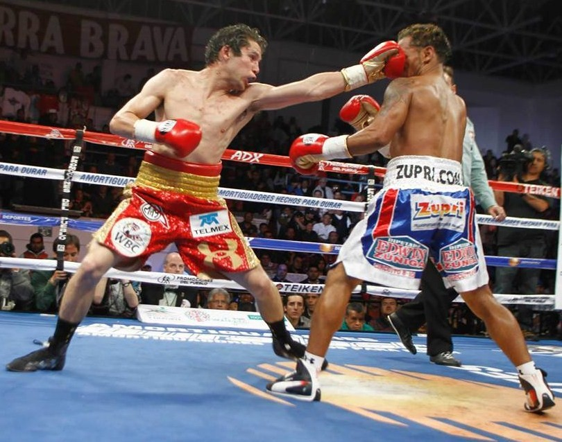 Carlos Cuadras uses his jab against Luis Concepcion. Photo: Alma Montiel/Univision.com