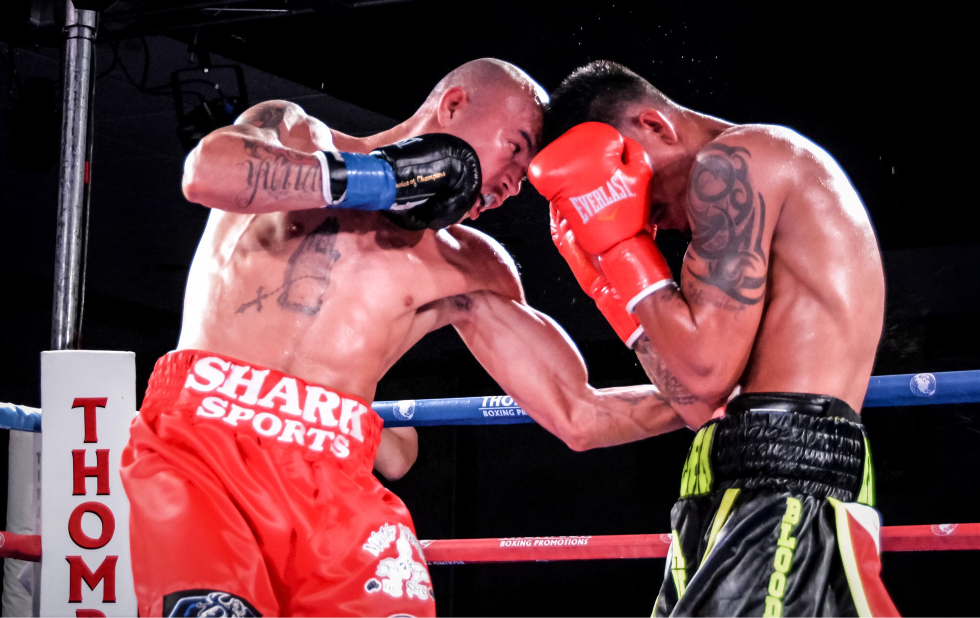 "Welterweight Roberto ""Dinamita"" Arriaza lands a blow to his opponent. Photo: Cynthia Saldaña/FrontProof Media"