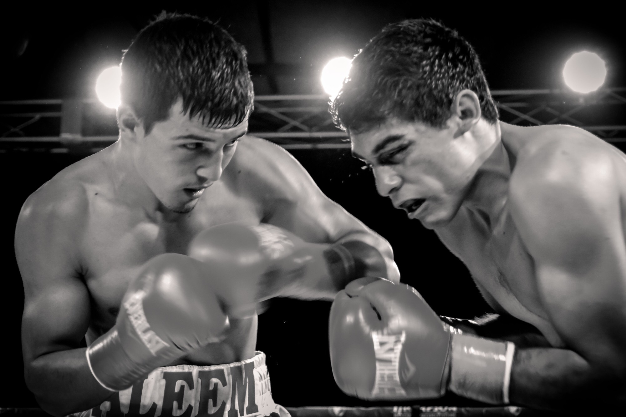 Aleem Khon lands a shot on his opponent. Photo:   Cynthia Saldaña/FrontProof Media