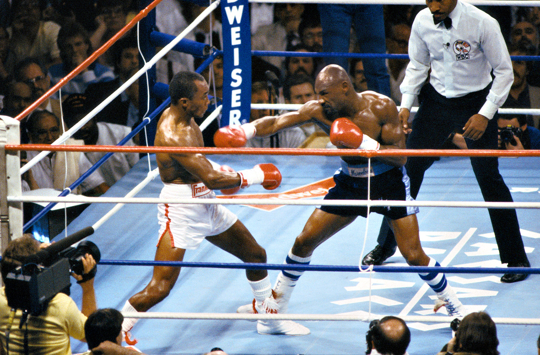 Sugar Ray Leonard won a controversial decision over Marvin Hagler in 1987 after a three-year absence from the sport. Photo: Andrew D. Bernstein/Getty Images