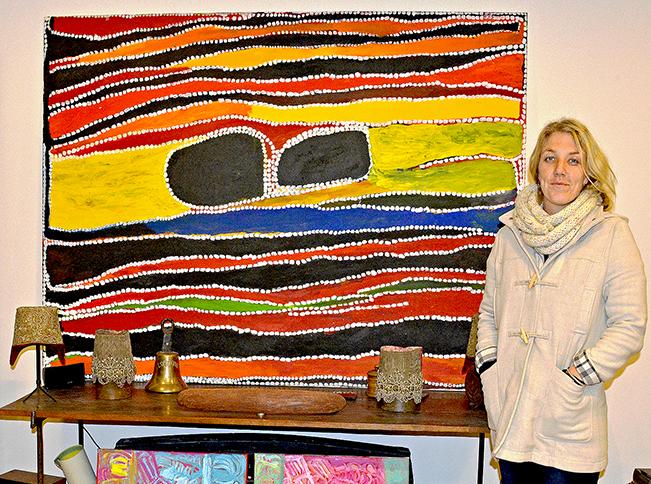 Belinda Cook, manager du centre d'art Aborigène de Mangkaja, en visite à la galerie Aboriginal Signature du 20 au 22 janvier 2015. Sur le côté gauche, en haut une toile magistrale de l'artiste Cory Surprise. En base deux toiles de l'artiste Sonia Kurarra.