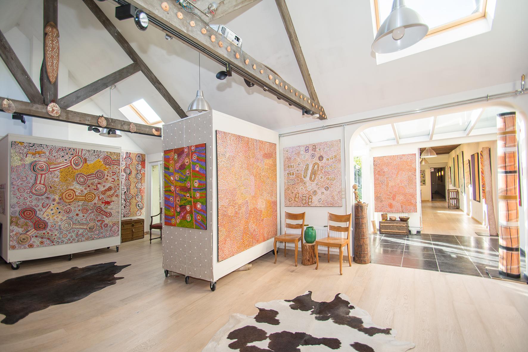 """A partir de la 4e œuvres à gauche, toiles des artistes Ngupulya Pumani, et Tuppy Ngintja Goodwin, Ngupulya Pumani... En partenariat avec Mimili Maku Arts. Toiles présentées lors de l'exposition """"Paysages Aborigènes incarnés du désert (APY land)""""."""