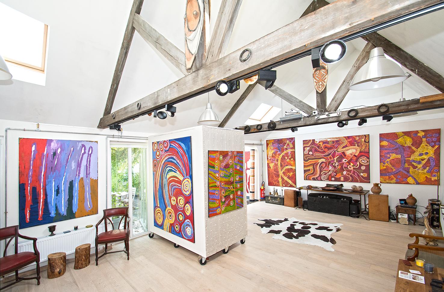 "De gauche à droite, œuvres de Freddy Ken, Barbara Moore, Wawiriya Buton, Sylvia Ken,Mick Wikilyiri, Sylvia Ken... présentées lors de l'exposition ""Paysages incarnés du désert (APY land)"". En partenariat avec Tjala Arts."