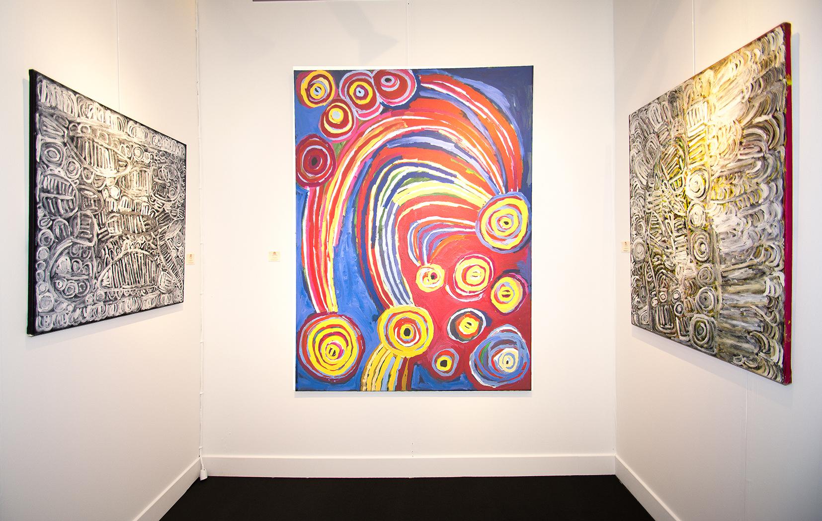 De gauche à droite : l'artiste Aborigène Sonia Kurarra en noir et blanc. L'artiste Barbara Moore au centre. Certaines de ces œuvres furent prêtées au Musée d'art Aborigène d'Utrecht dans le cadre d'une exposition sur le mouvement COBRA et l'art Aborigène d'Australie.