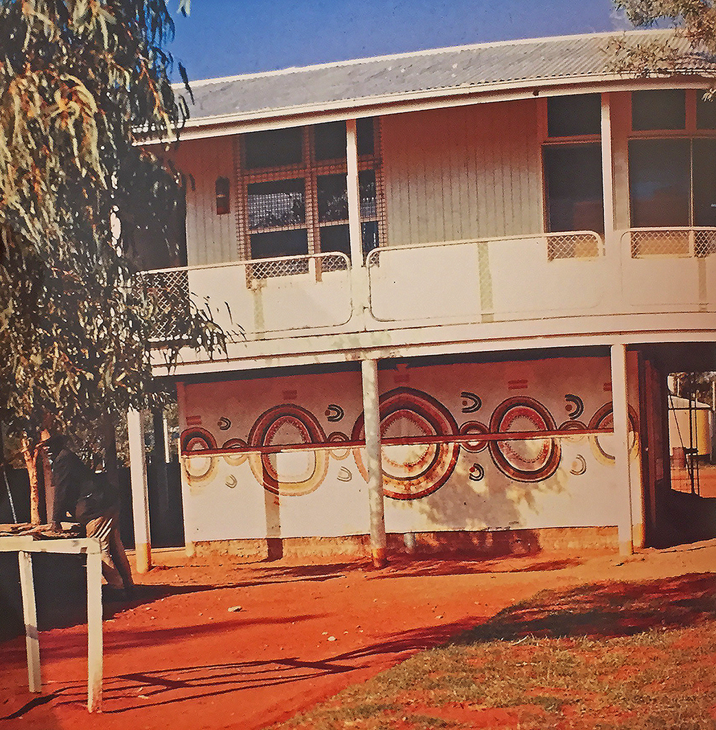 """Le Rêve de la Fourmi à Miel en 1971 sur le mur de l'école de Papunya. Photo tirée de l'ouvrage de Sylvie Crossman et Jean-Pierre Barou, dans leur ouvrage """"Peintures Aborigènes d'Australie"""". © Photo d'Allan Scott."""
