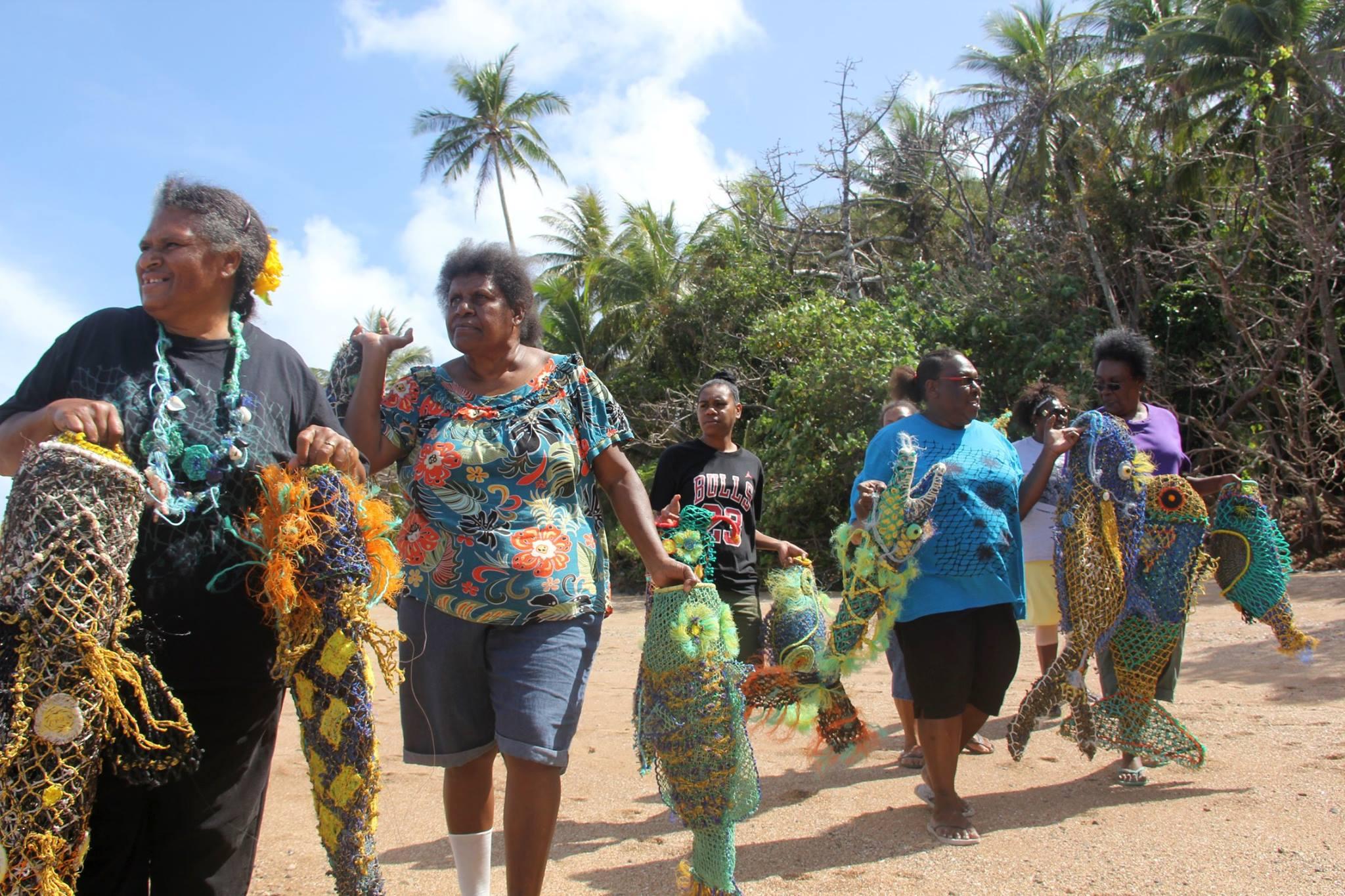 Les artistes Aborigènes d'Erub sur la côte avec leurs œuvres en filets de pêche recyclés. © Erub Art Centre.