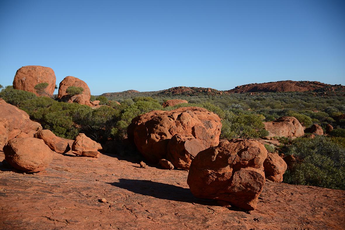 Blocs rocheux dans le APY land. © Photo : Aboriginal Signature • Estrangin Fine Art galerie