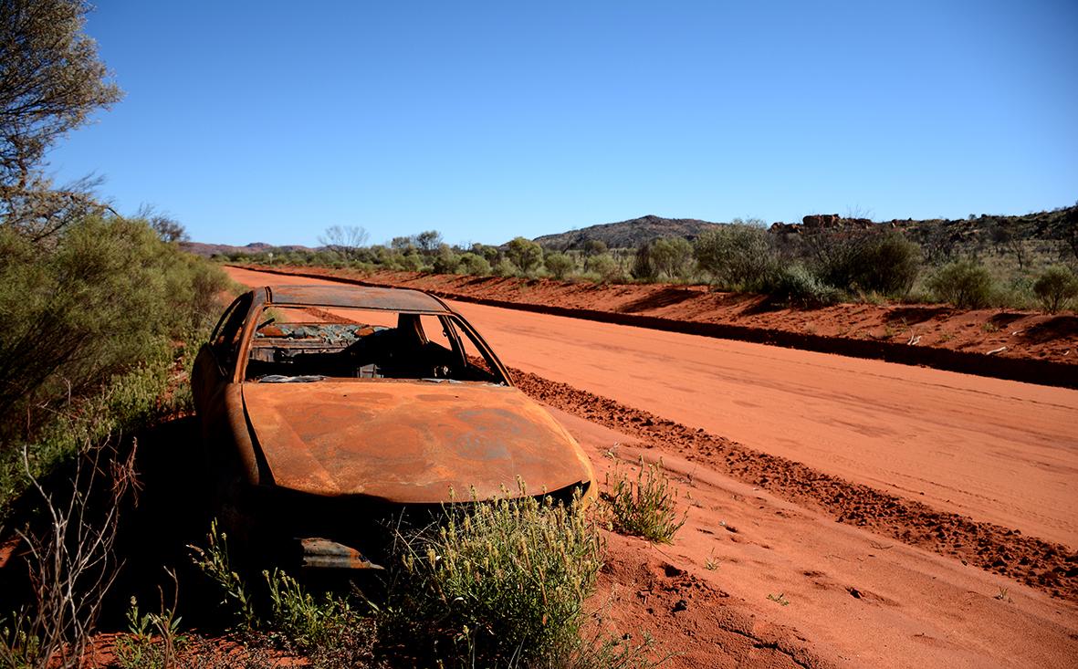 Ces véhicules abandonnés ponctuent la route dans les territoires Aborigènes. © Photo : Aboriginal Signature • Estrangin Fine Art galerie