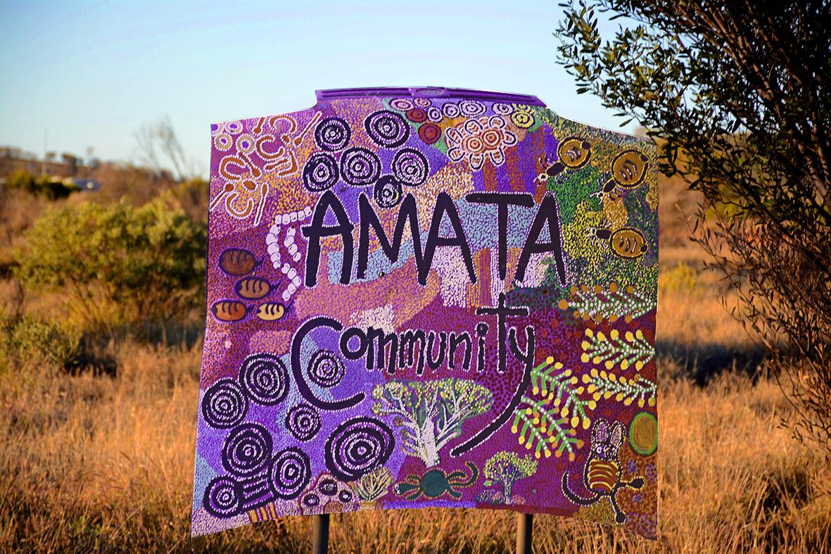 Entrée de la communauté Aborigène d'Amata. © Photo : Aboriginal Signature • Estrangin Fine art gallery