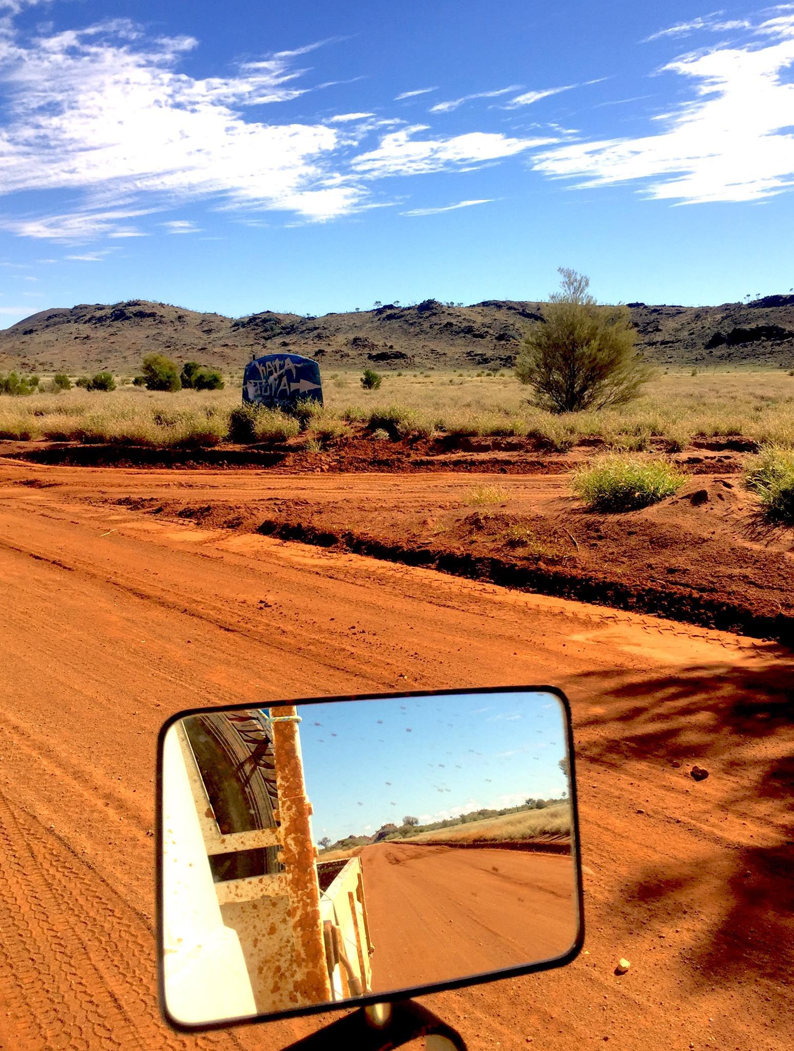 Piste Aborigène vers Uluru : 280 km. © Photo : Aboriginal Signature • Estrangin Fine art gallery