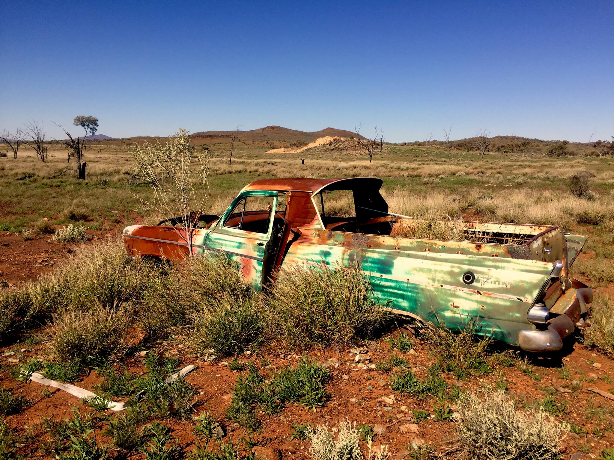 Une Chrysler abandonnée près d'une mine australienne. © Photo : Aboriginal Signature • Estrangin Fine art gallery