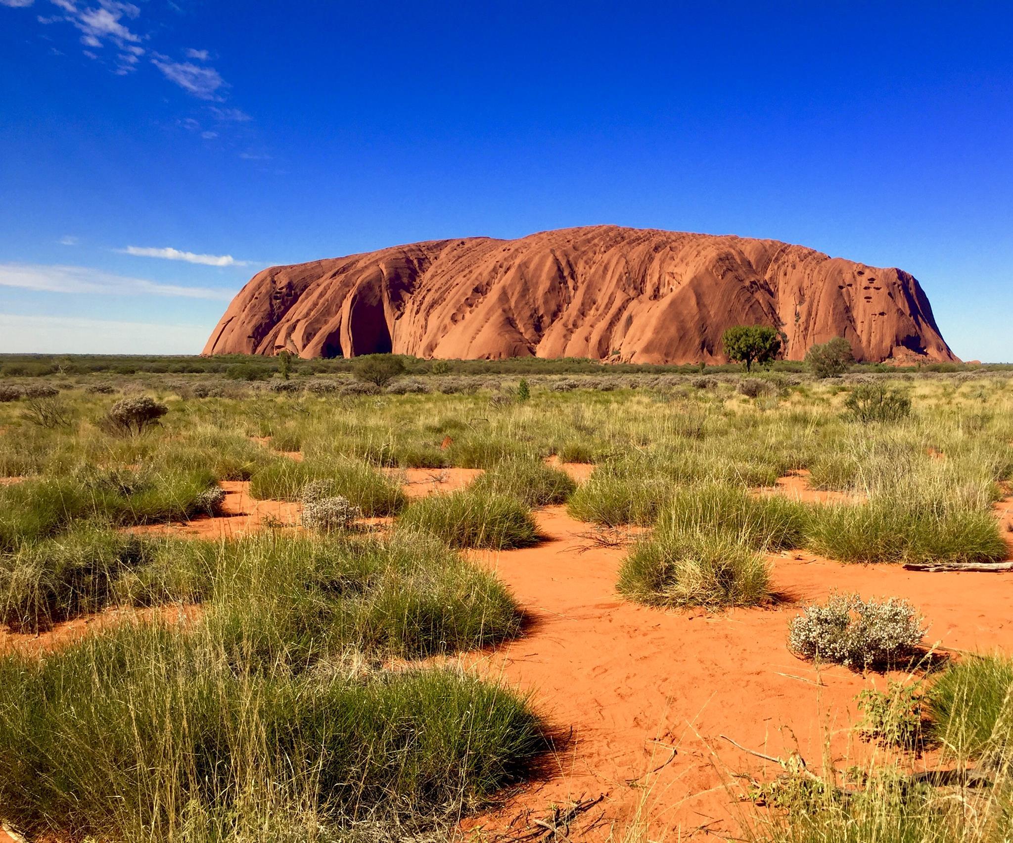 Vue d'Uluru au cœur de l'Australie centrale. © photo : Aboriginal Signature • Estrangin Fine Art Gallery