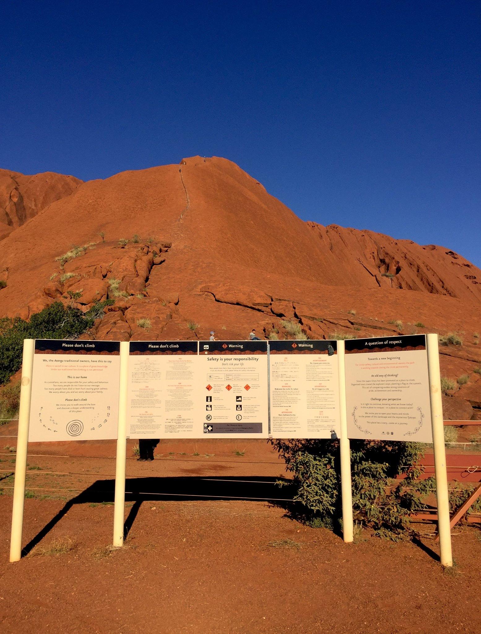 Interdiction de monter sur Uluru. © photo : Aboriginal Signature • Estrangin Fine Art Gallery