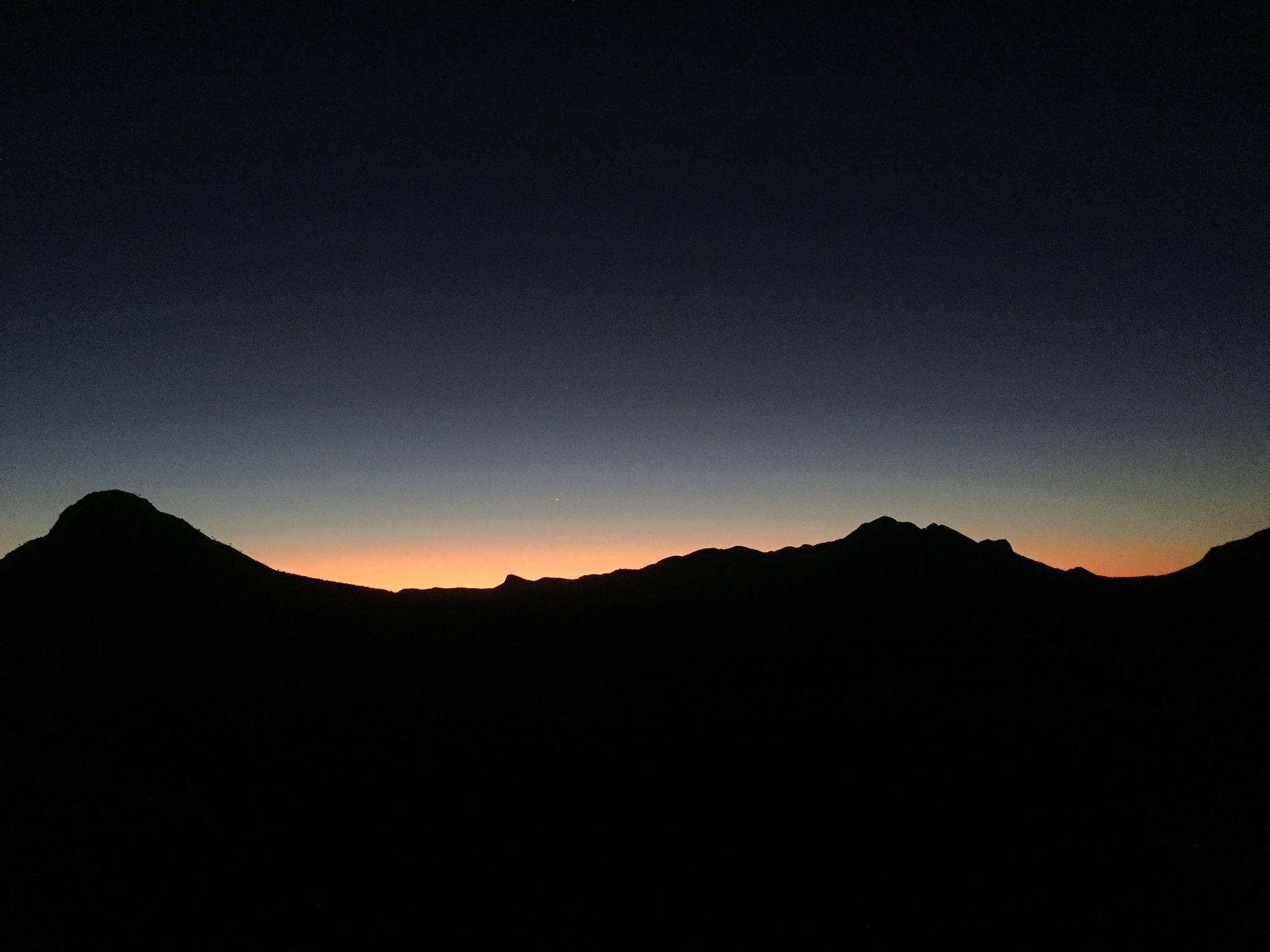 Le coucher de soleil du côté des monts de Haast Bluff, près d'Ikuntji. © Photo : Aboriginal Signature • Estrangin Gallery