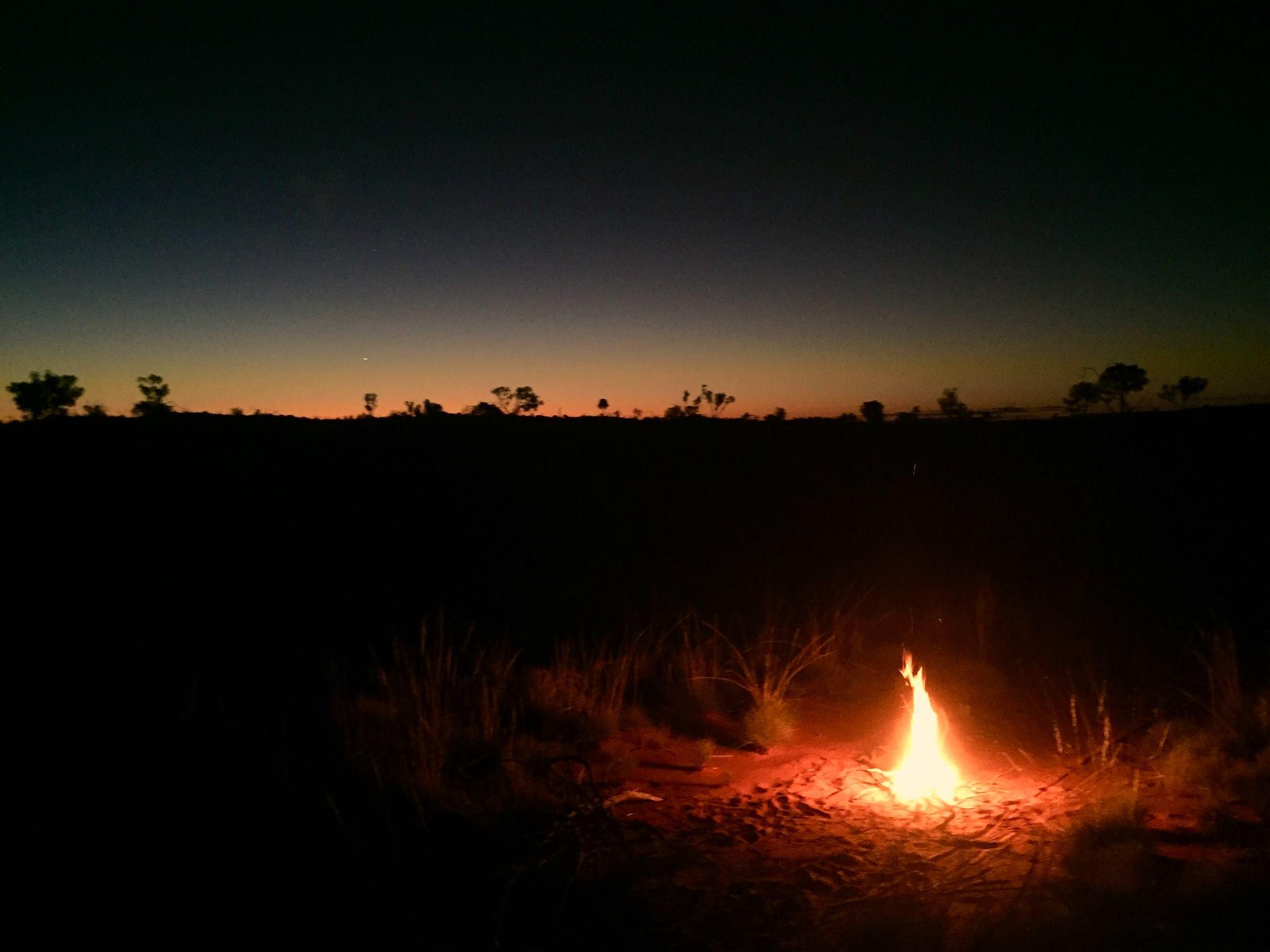 feu-bivouac-désert-aborigène
