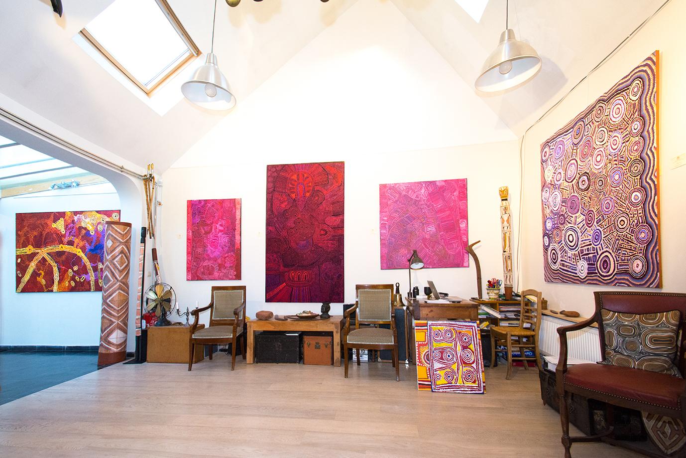 Vue de l'exposition d'art Aborigène Gems in a Patchwork jusqu'au 18 décembre à Bruxelles. De gauche à droite, pour les peintures : une peinture d'art Aborigène de l'artiste Lydia Balbal (Bidyadanga) sous la verrière. Ensuite une peinture Aborigène de l'artiste Sonia Kurarra (Mangkaja), puis de Teresa Baker (Tjungu Palya), Sonia Kurarra à nouveau. A droite, une œuvre de Jeanie Napangardi (Yuendumu). © Photo : Aboriginal Signature gallery, with the courtesy of the artists and the art centres.
