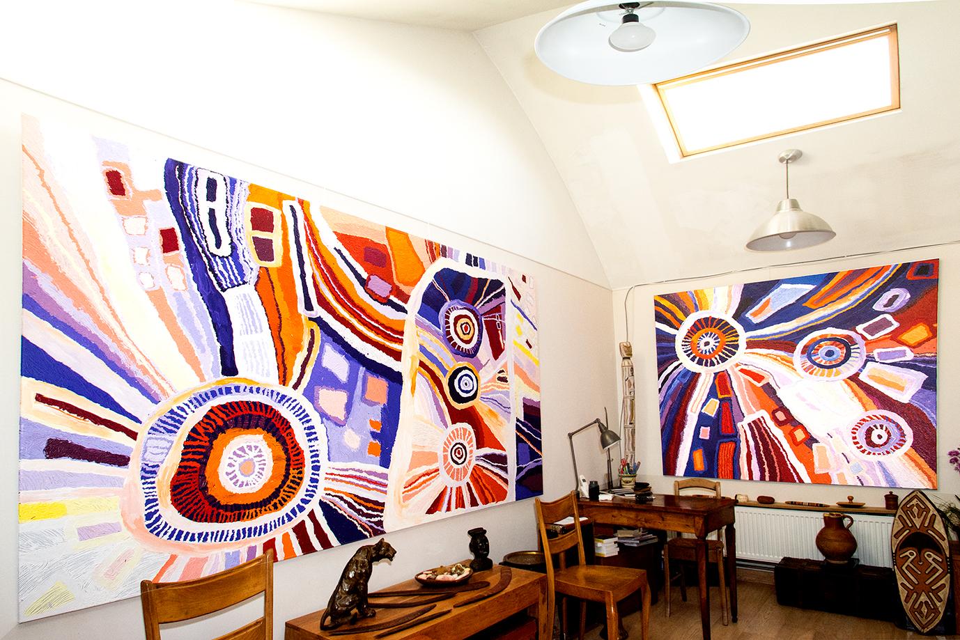 Deux peintures magistrales de l'artiste Aborigène Béryl Jimmy, Nyangatja Watarru. L'œuvre de gauche de 300 x 200 cm a été finaliste du NATSIAA Telstra Award 2016 au Musée National de Darwin. © Photo Aboriginal Signature • Estrangin gallery, with the courtesy of the artists and Tjungu Palya Arts.