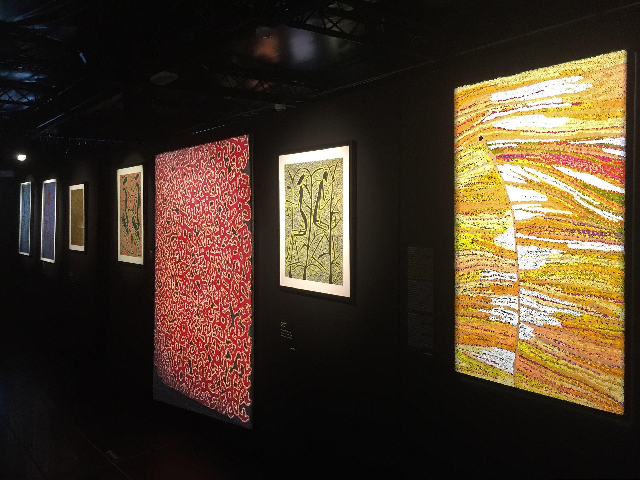 Vue de l'exposition retrospective Mode Muntu à la Cité Miroir à Liège. De droite à gauche : l'artiste Aborigène d'Australie Daniel Walbidi, l'artiste congolais Mode Muntu, l'artiste Aborigène Roy Underwood...